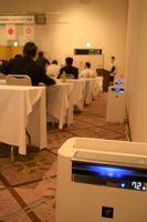 宴会場に設置された空気清浄機。会合中、10台がフル稼働した=2日午後、宇都宮市西原町