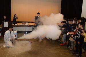 科学実験に沸く参加児童ら