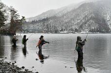 残雪の中で岸釣り解禁 奥日光・中禅寺湖…