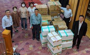 支援物資を送った黒磯ロータリークラブの大島会長(左から5人目)ら(提供写真)